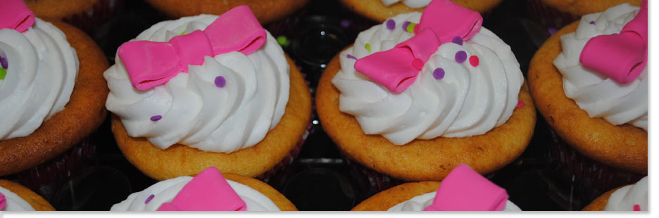 Cupcakes with fondant pink bow